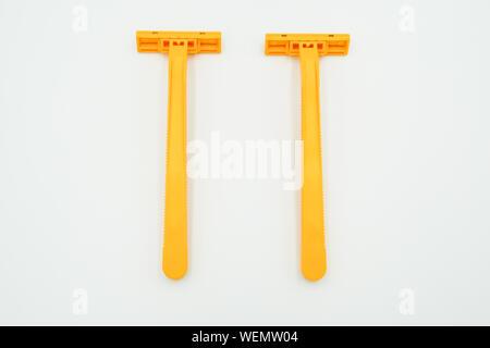 Cuchillas de afeitado para hombres o mujeres de color amarillo, el objeto está aislado sobre fondo blanco.