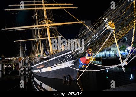 """Bremerhaven, Alemania. 31 Aug, 2019. El histórico velero """"eute Deern' ha caído en una posición inclinada debido a un fallo de la bomba. Cuando las tropas de la brigada de bomberos exploró el """"eute Deern', el buque se inclinó tan amenazante que la misión fue abortada. """"Eute Deern' (alto alemán """"sweet Girl"""") pertenece a la flota del museo alemán Museo Marítimo (DSM) y se ha situado en el Viejo Puerto durante más de 50 años. Crédito: Mohssen Assanimoghaddam/dpa/Alamy Live News"""