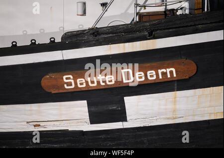 """Bremerhaven, Alemania. 31 Aug, 2019. Un vistazo al nombre del histórico velero """"eute Deern'. El histórico velero """"eute Deern' ha caído en una posición inclinada debido a un fallo de la bomba. Cuando las tropas de la brigada de bomberos exploró el """"eute Deern', el buque se inclinó tan amenazante que la misión fue abortada. """"Eute Deern' (alto alemán """"sweet Girl"""") pertenece a la flota del museo alemán Museo Marítimo (DSM) y se ha situado en el Viejo Puerto durante más de 50 años. Crédito: Mohssen Assanimoghaddam/dpa/Alamy Live News"""