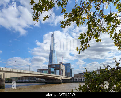 Vista desde el camino del Támesis en la orilla norte del Puente de Londres, mirando al sur por el río Támesis hasta el Shard y el Banco del Sur en Southwark, London SE1