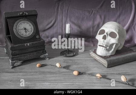 Reloj antiguo candelabro con soporte y cráneo Foto de stock