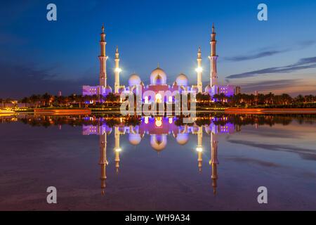 Gran Mezquita de Sheikh Zayed reflejado por la noche en Abu Dhabi, Emiratos Arabes Unidos, Oriente Medio