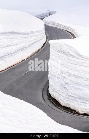 Paso de montaña carretera vacía en invierno, Timmelsjoch, Tirol, Austria