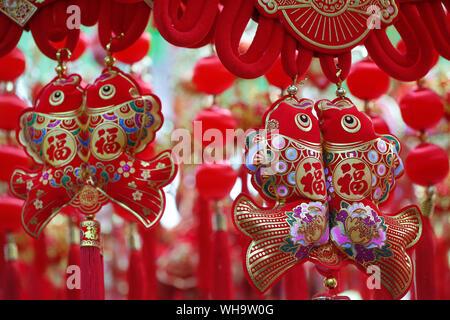 El pez, símbolo de buena fortuna en China, peces rojos para la venta en una tienda en la ciudad de Ho Chi Minh, Vietnam, Indochina, en el sudeste de Asia, Asia