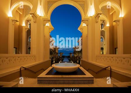 Arquitectura árabe en la noche, la Isla de Saadiyat, Abu Dhabi, Emiratos Árabes Unidos, Oriente Medio.