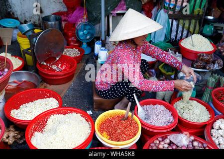 Mujer trabajando en el mercado vietnamita, Ho Chi Minh, Vietnam, Indochina, en el sudeste de Asia, Asia