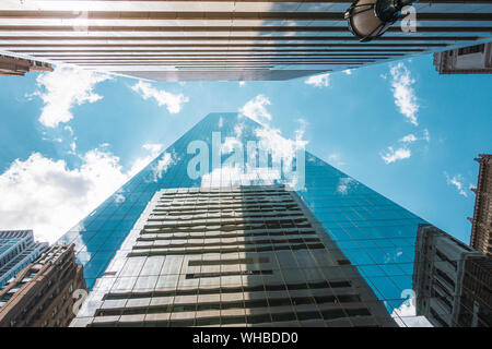 Los rascacielos, punto de vista desde abajo para arriba, con reflejos de las nubes en las ventanas, en el centro de la ciudad de Filadelfia, EE.UU.