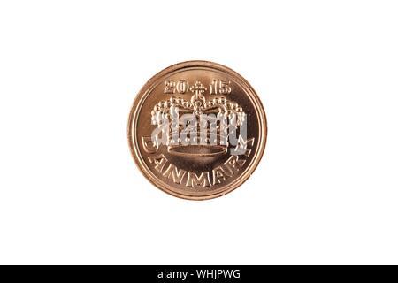 Un color cobre, mineral de 50 Danés shot cerrar en macro, aislado sobre un fondo blanco.