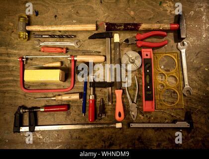 Un alto ángulo de visualización de diversos instrumentos sobre la mesa en un taller