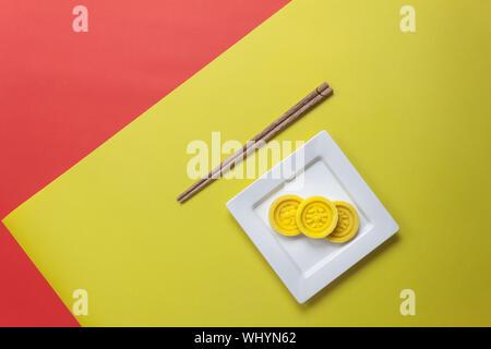 Vista superior del arreglo decoración filmación el año nuevo chino y el festival Lunar concepto fondo.El Postre de la temporada en placa con palillos de madera.Obje