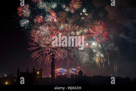 Fuegos artificiales celebración en un festival en la ciudad