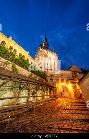 La Torre del Reloj, que se remonta al siglo XIV, defiende la puerta principal de la ciudadela de la antigua ciudad medieval. Sighisoara, Rumania