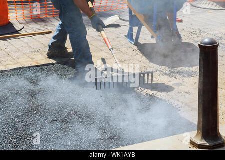 Bajo la sección de hombre trabajando en el sitio de construcción