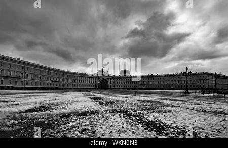 Nublado y la helada mañana de primavera en San Petersburgo. Foto de stock