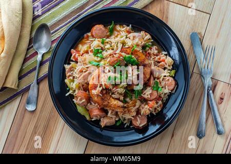 Tazón de Creole camarones pollo y salchichas andouille Jambalaya con arroz