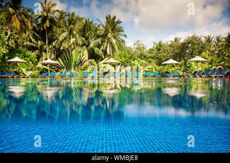 Piscina Tropical vistas sobre el agua y debajo del agua. Maldivas.