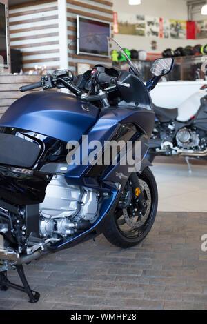 Rusia, Izhevsk - Agosto 23, 2019: motocicleta Yamaha shop. Nueva moto moderna FJR1300 en moto store. La famosa marca mundial.