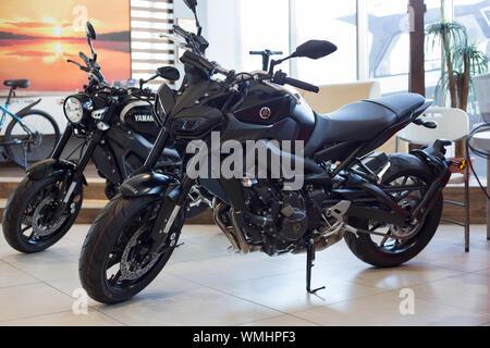Rusia, Izhevsk - Agosto 23, 2019: motocicleta Yamaha shop. Nuevas motos y accesorios en la tienda de motocicleta. La famosa marca mundial.