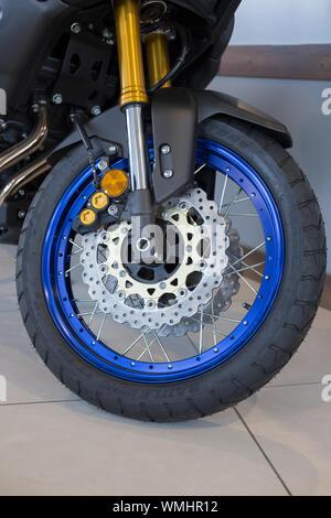 Rusia, Izhevsk - Agosto 23, 2019: motocicleta Yamaha shop. Horquilla de aire delantero y rueda de motocicleta del nuevo XT1200. La famosa marca mundial.