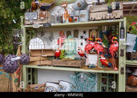 Ornamentos del jardín para venta en un stand en el septiembre de 2019 Garden Wisley Flower Show en RHS Garden Wisley, Surrey, en el sudeste de Inglaterra