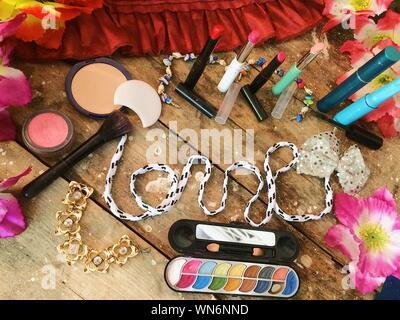 Un alto ángulo de visualización de productos de belleza en la tabla
