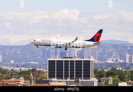 Los Angeles, California, USA - Mayo 22, 2019: Un Boeing 737 de Delta Airlines aterriza en el Aeropuerto Internacional de Los Ángeles (LAX).
