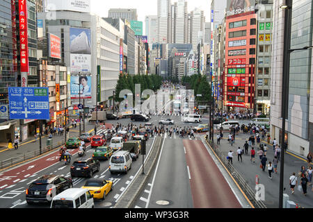 Escenas Callejeras con tráfico y cruce peatonal en la ciudad de Shinjuku en Tokio, Japón