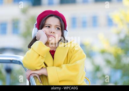 Saltar pista. Banda favorita. Influencia de la música. Niño Niña traje de otoño disfrutando de la música. Teenage gustos musicales. Niña escuchando música disfrutar de sus canciones favoritas. Chica con auriculares de fondo urbano.