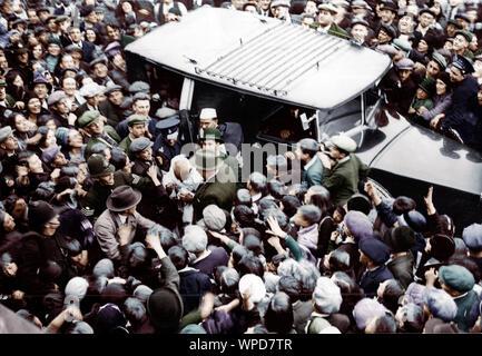 Mahatma Gandhi llega en Canning Town, Londres, reunirse con Charles Chaplin, Inglaterra, 22 de septiembre de 1931