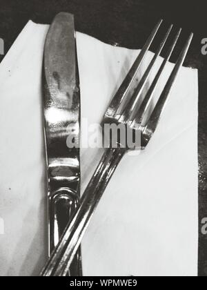 Close-up de tenedor y cuchillo de mesa Foto de stock