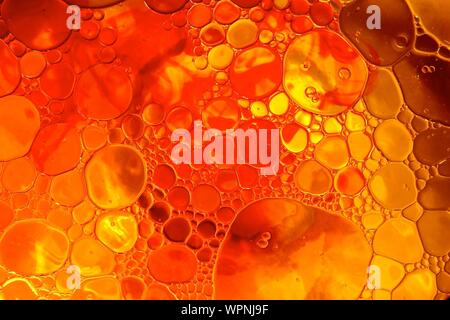 Imagen abstracta de burbujas de aceite en el agua Foto de stock