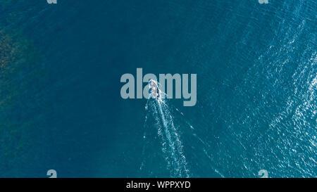 Superficie del Mar con barco vista aérea