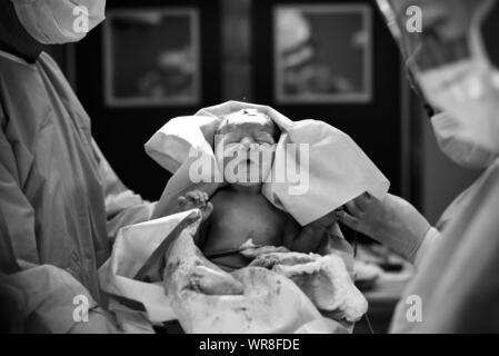 Los médicos llevar niña recién nacido en el Hospital