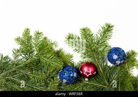 Fondo de Navidad. Abeto de navidad con decoración sobre fondo blanco. Vista superior, espacio de copia
