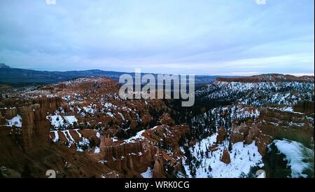 Vista escénica de Bryce Cañón contra el cielo durante el invierno