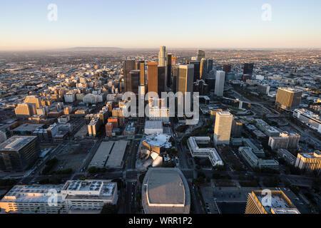 El centro urbano de skyline sunrise vista aérea de Los Angeles, California.