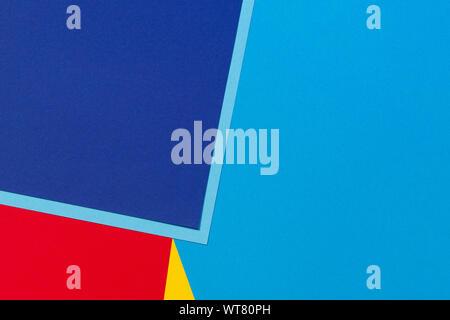 Resumen: azul, rojo y amarillo, el color de fondo de la composición geométrica de papel