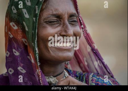 La mujer de Rajasthani sonriente con ropas tradicionales Foto de stock