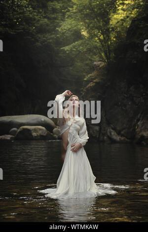 H4D1PD bella mujer posando en el arroyo de la montaña de ensueño. Y surrealista de fantasía