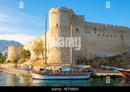 Barcos delante del castillo de Kyrenia (Girne Kalesi), Kyrenia (Girne), Kyrenia (Girne), Distrito de Chipre (Chipre Septentrional).