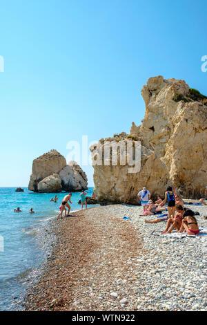 La gente en la playa de Petra tou Romiou, conocida como la Roca de Afrodita. Kouklia, distrito de Paphos, en Chipre