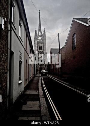 Vista de la calle de Santa María de la Caridad contra el cielo