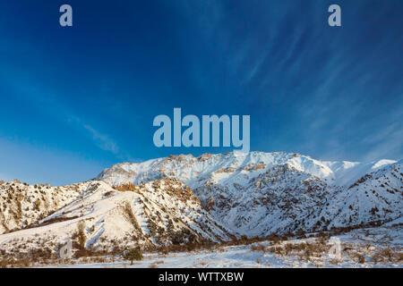 Los pintorescos Alpes montaña parcialmente cubierto por la nieve, finales de otoño