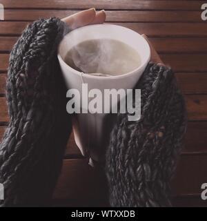 Close-up de mujer bebiendo té de hierbas Foto de stock