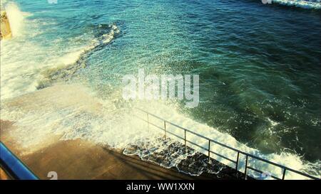 Un alto ángulo de visualización de las olas rompiendo en la orilla Foto de stock