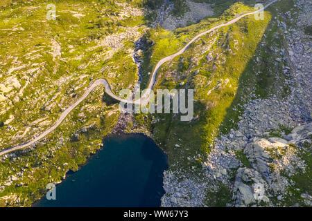 Vista aérea del lago Superiore en Valle Lavizzara al amanecer, Valle de Maggia, Alpes Lepontine, Canton Ticino, Suiza.