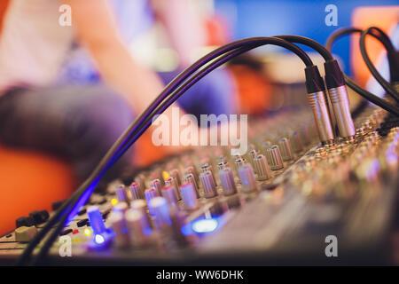 Consola de mezcla para el productor de sonido. La música. Sonido. Controlador de sonido. Remoto del director.
