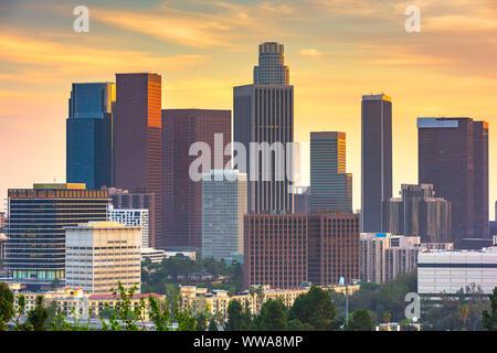 Los Angeles, California, EE.UU., ciudad al anochecer.