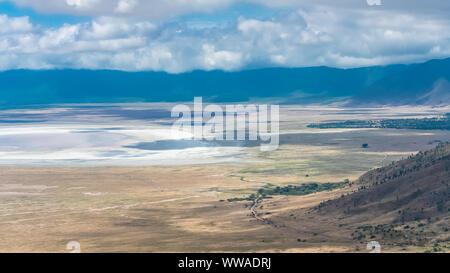 Tanzania, vista del cráter del Ngorongoro, hermosos paisajes con animales diferentes que viven juntos