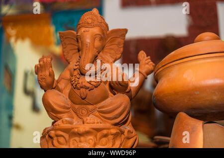 Señor Ganesh hindú ídolo de arcilla arcilla vendidas en Goa, India en ocasión del festival de Ganesh Chaturthi Foto de stock
